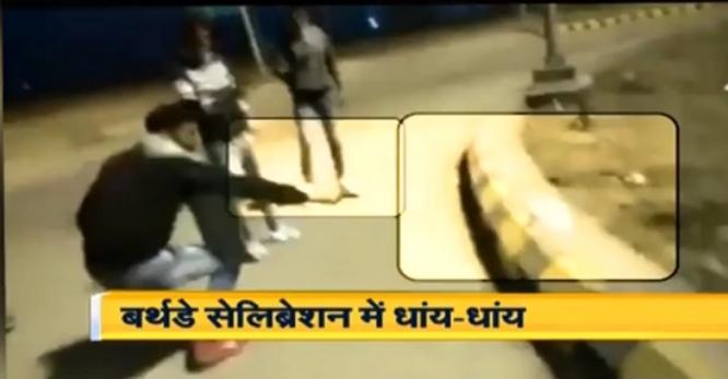 बीच सड़क पर गुंडागर्दी, चाकू नहीं पिस्टल से काटा केक, गोली चलाकर बुझाई मोमबत्ती, वीडियो वायरल