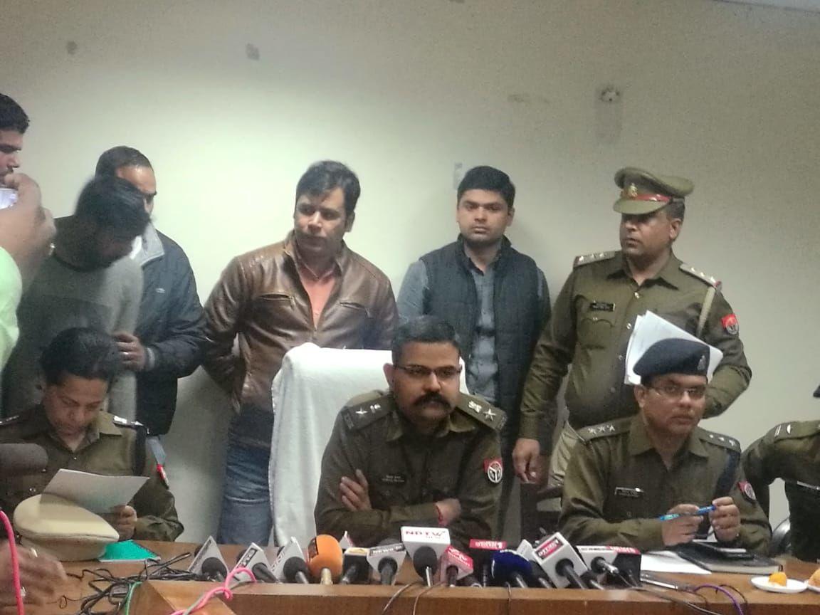 नोएडा एसएसपी ने किया बड़ा खुलासा, चार चोर चोरी की ब्रेजा कार और चोरी के माल समेत किये गिरफ्तार