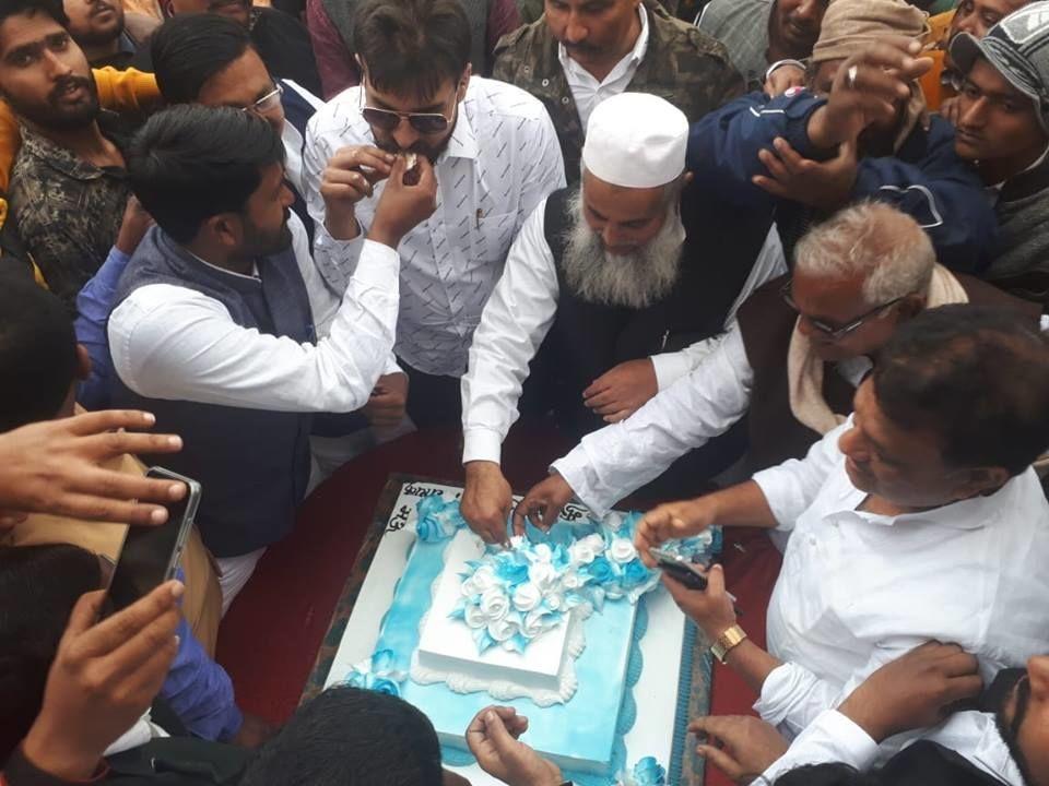 विधायक मुख्तार अंसारी का 59वें जन्मदिन पर मऊ में समर्थकों ने काटा केक, बेटे अब्बास ने कराई कई जोड़ों की शादी