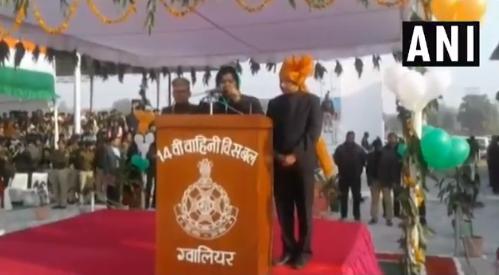 गणतंत्र दिवस का भाषण भी हिंदी में भी नहीं पढ़ पाईं कैबिनेट मंत्री, रोककर कलक्टर से पढ़वाया? VIDEO वायरल