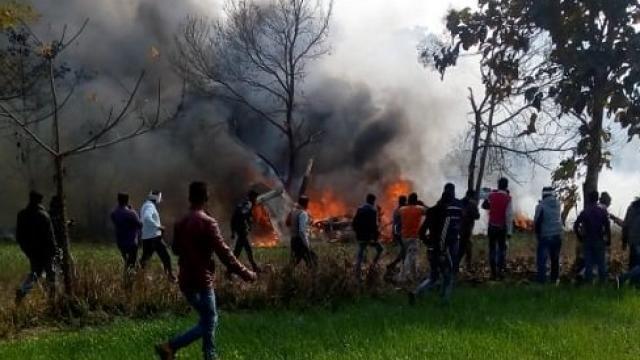 कुशीनगर में एयरफोर्स का विमान गिरा, पायलट ने कूदकर बचाई जान