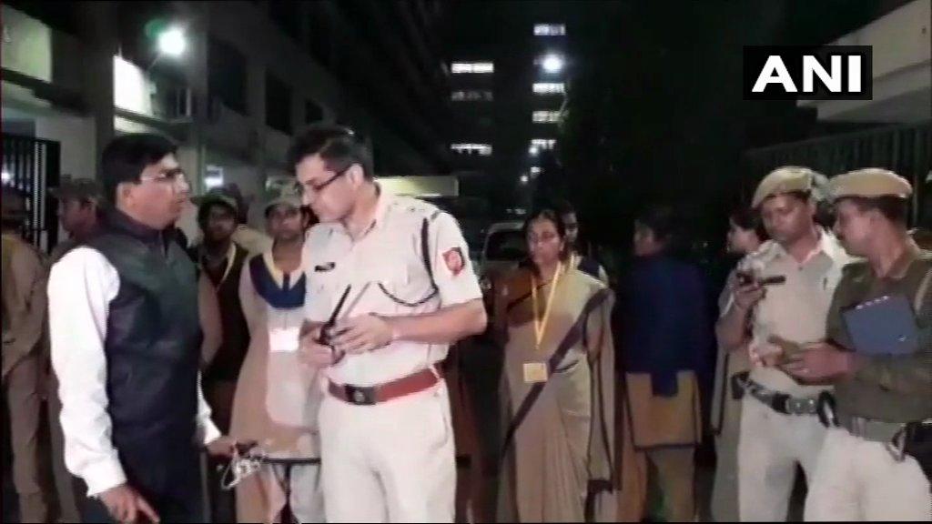 कोलकाता में घमासान, पुलिस ने CBI को पुलिस कमिश्नर के घर जाने से रोका, अफसरों को थाने ले गई पुलिस