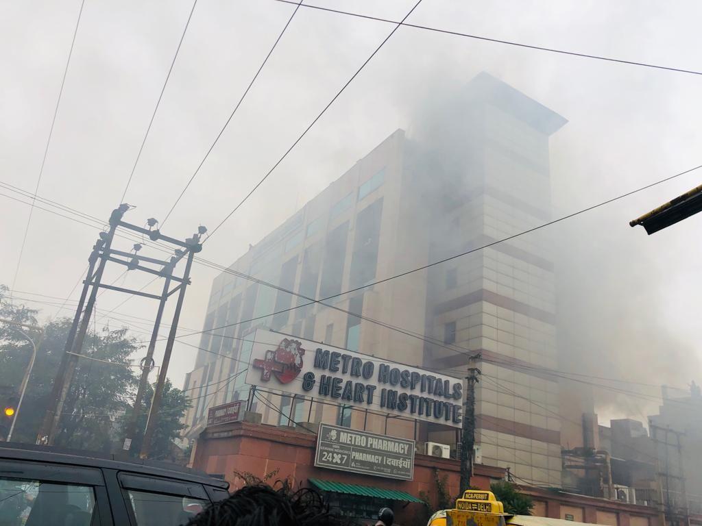 नौएडा: सेक्टर-12 के मेट्रो अस्पताल में आग लगी, दमकल की 12 से ज्यादा गाड़ियां मौके पर मौजूद