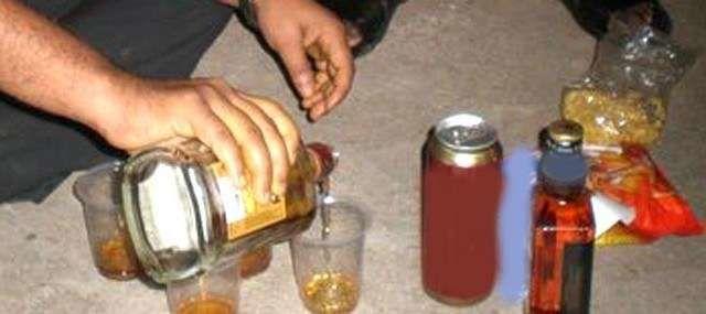 बिहार की जहरीली शराब ने कुशीनगर में ले ली आठ लोंगों की जान, आबकारी निरीक्षक, थाना प्रभारी समेत नौ सस्पेंड