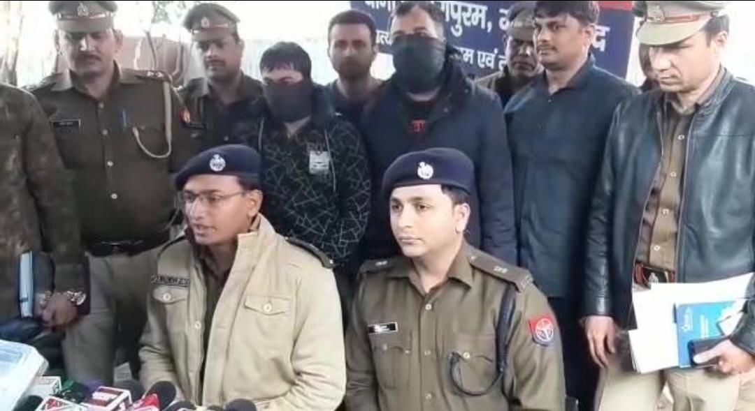 गाजियाबाद पुलिस ने महंगे शोरूमों से चोरी करने वाले गिरोह का किया भंडाफोड़, 15 लाख कैश सहित लाखों का माल बरामद