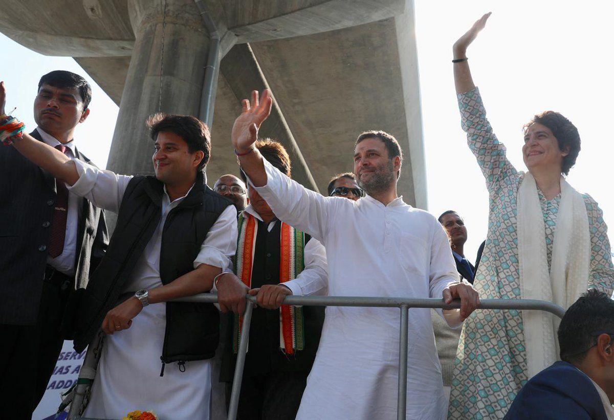 LIVE : लखनऊ में चुनावी रथ पर सवार राहुल-प्रियंका गांधी कर रहे हैं रोड शो, सड़कों पर उमड़ा जनसैलाब