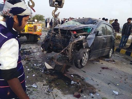 मथुरा में यमुना एक्सप्रेसवे पर अनियंत्रित एम्बुलेंस ने मारी कार में टक्कर, 2 महिलाओं समेत 7 की मौत 5 घायल