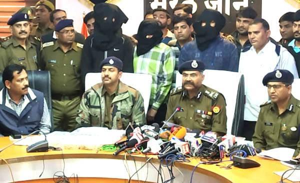 मेरठ : रातों रात अमीर बनने की चाहत में की थी 5 करोड़ के सोने की लूट, 3 गिरफ्तार, 4 किलो सोना व 8 लाख रु. बरामद
