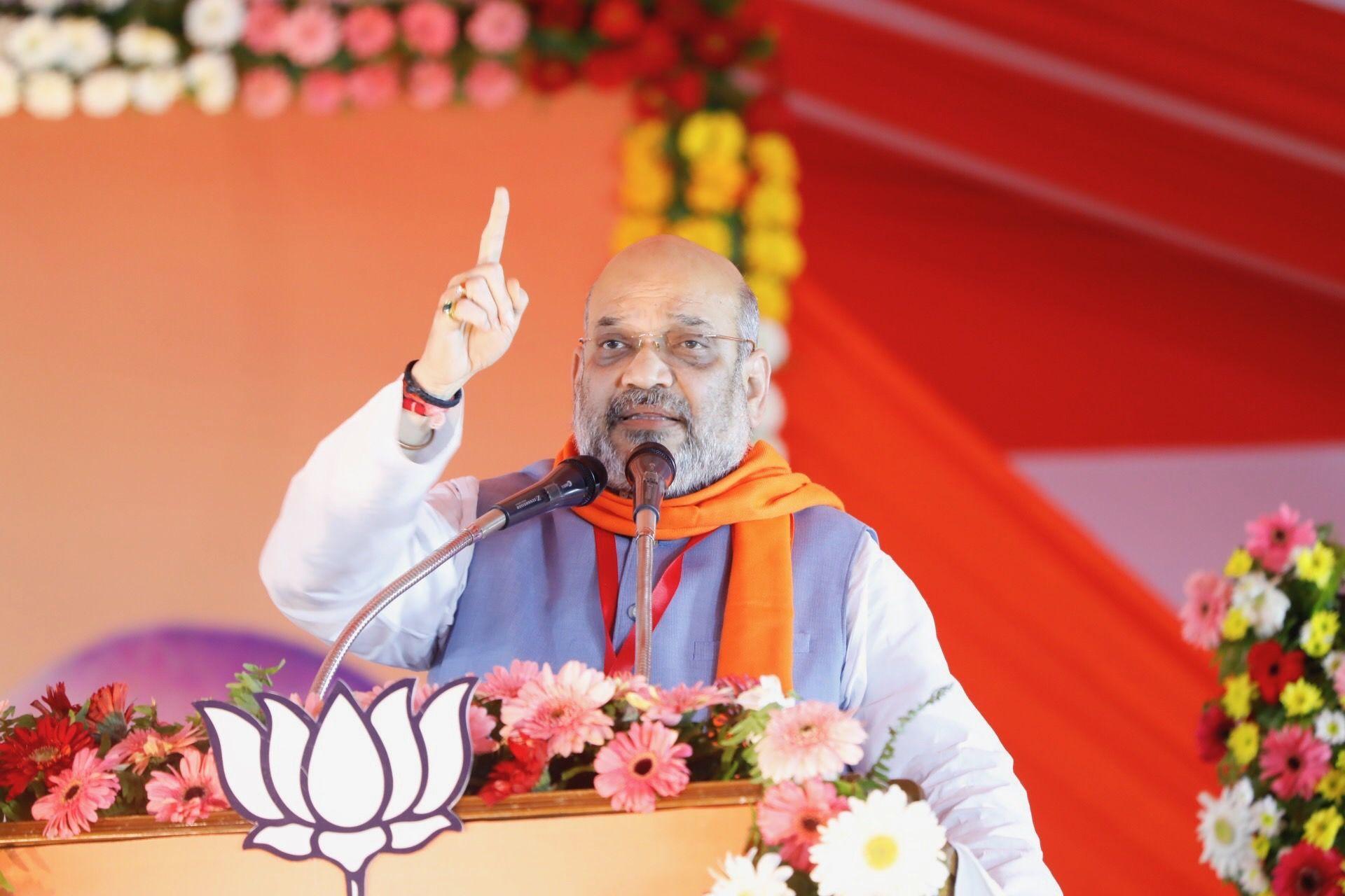 राहुल का काम झूंठ बोलना है जबकि मोदी जी काम लोंगों की भलाई और विकास की बात करना है - अमित शाह