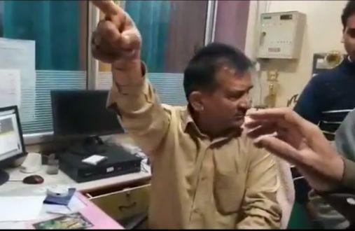बीजेपी नेता ने काटा बेंक में हंगामा
