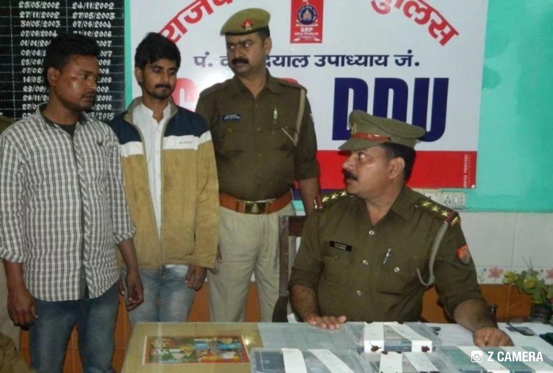 पीडीडीयू नगर रेलवे जंक्शन पर जीआरपी को मिली बड़ी कामयाबी : 44 मोबाइल सेट और असलहों की खेप संग दो शातिर बदमाश गिरफ्तार