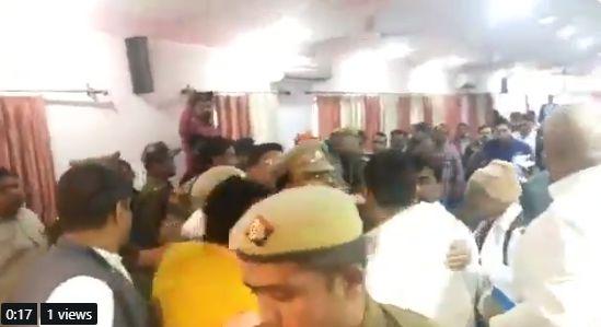 योगी के फोन के बाद विधायक राकेश बघेल ने धरना किया समाप्त, सीएम ने लखनऊ किया तलब