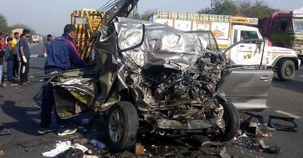 झारखंड में दर्दनाक हादसा : इनोवा और ट्रक की भीषण टक्कर, एक ही परिवार के 10 लोगों की मौत