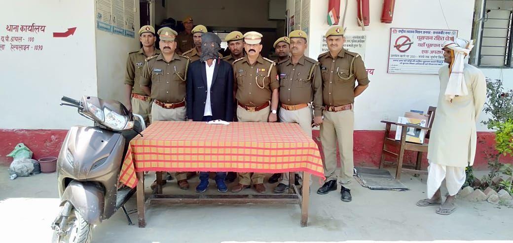 संतकबीरनगर: शातिर ट्रैक्टर लूटेरा 15000 का इनामी अवैध शस्त्र व चोरी के वाहन के साथ गिरफ्तार