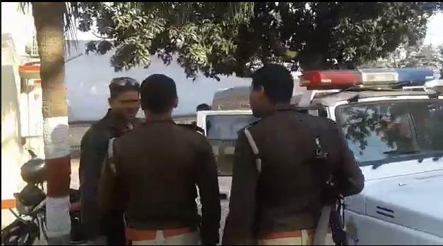 मंत्री की सुरक्षा मे लगी पुलिस की गुंडई, गाड़ियों पर बरसाए डंडे