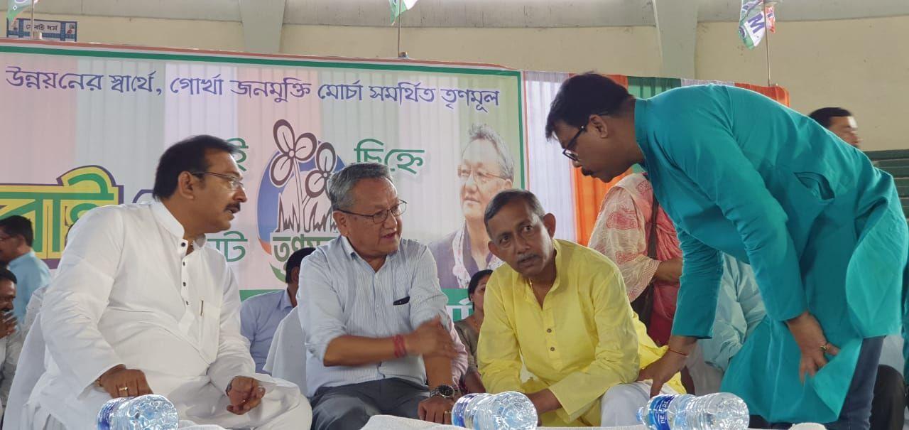 बंगाल की दार्जलिंग लोकसभा सीट पर टीएमसी और गोरखा मुक्ति मोर्चा का सयुंक्त उम्मीदवार पर
