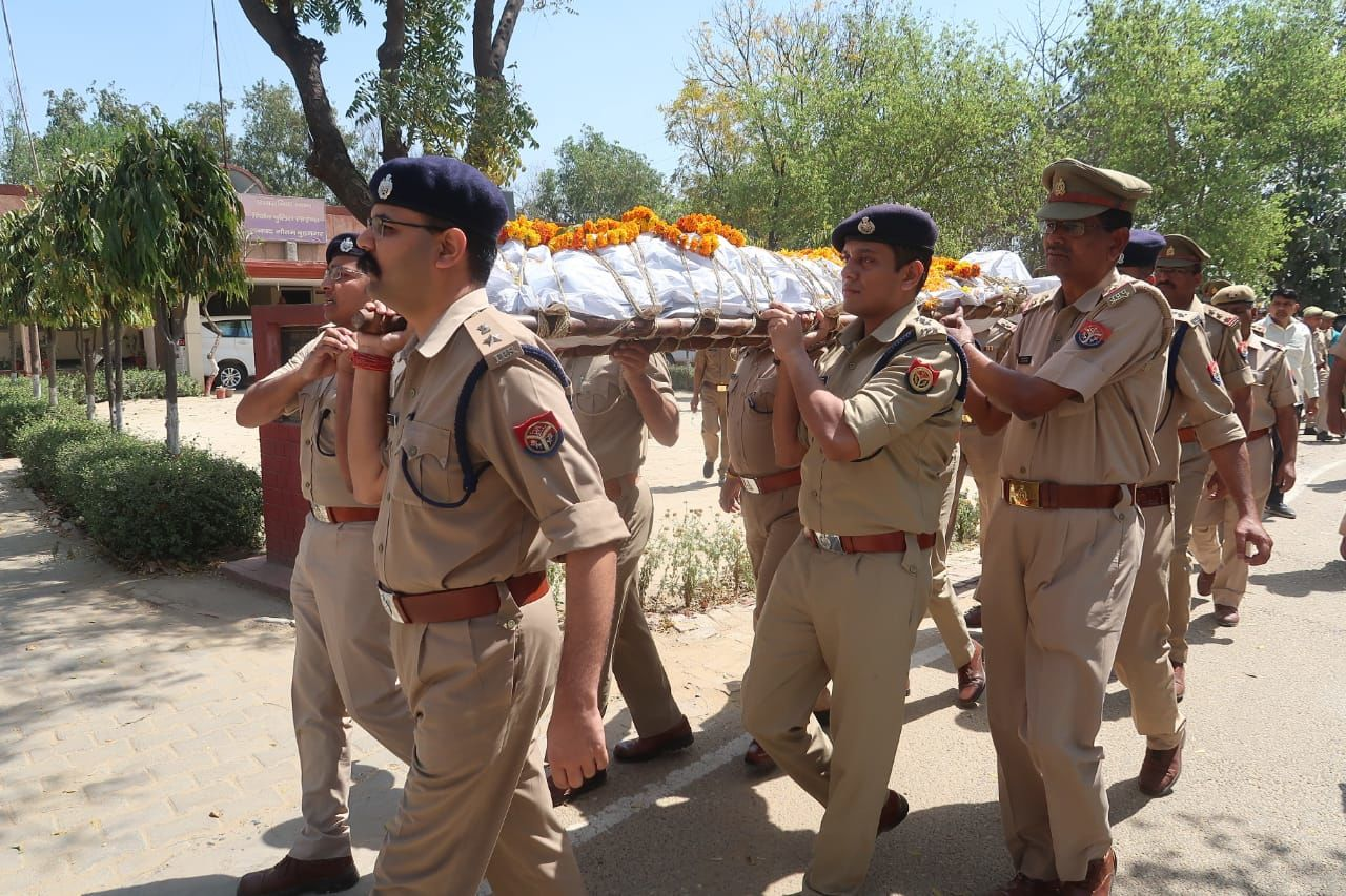 नोएडा में दुर्घटना में घायल सब इंस्पेक्टर कृष्णपाल सिंह का उपचार के दौरान निधन, एसएसपी ने कांधा देकर शव घर भिजवाया