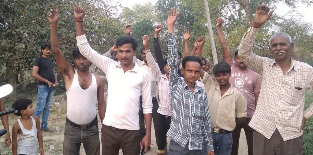 गांव की सड़कें न बनने से नाराज लोगो ने किया चुनाव बहिष्कार