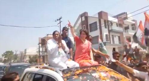 बिजनौर में प्रियंका का रोड शो : BJP कार्यकर्ताओं ने लगाए मोदी-मोदी के नारे, प्रियंका ने फूल फेंक कहा- और लगाओ
