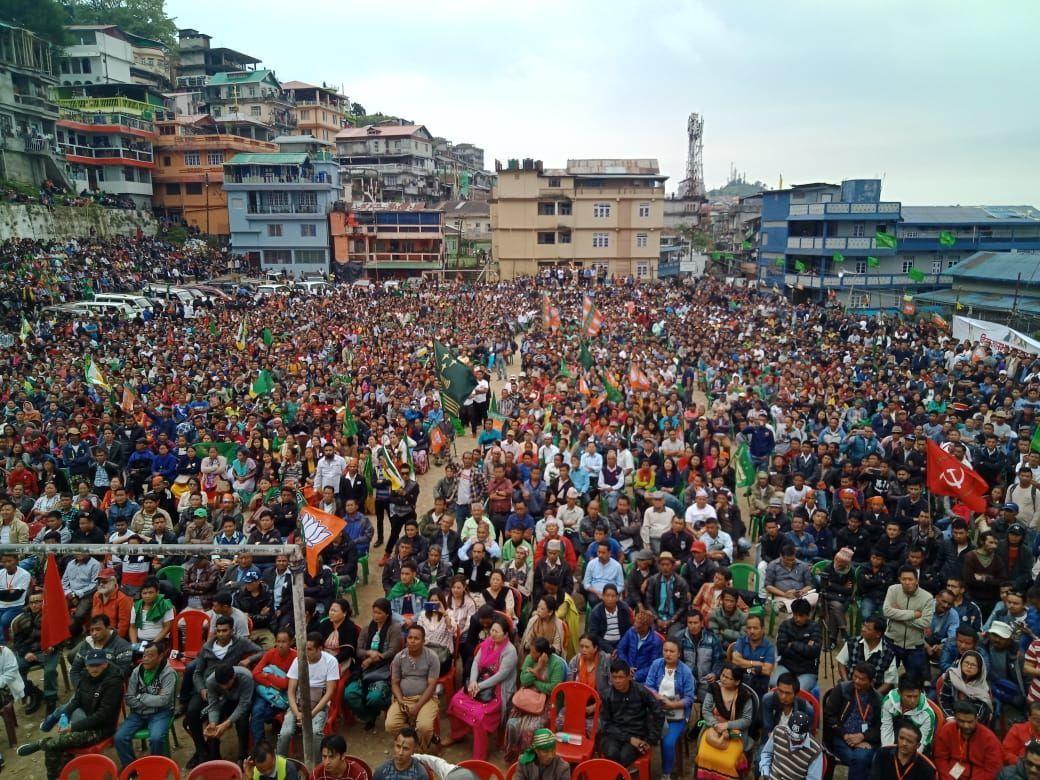 बंगाल के दार्जलिंग में दिखा अजब नजारा, जब बीजेपी और कम्युनिस्ट का झन्डा एक ही मंच पर लगा