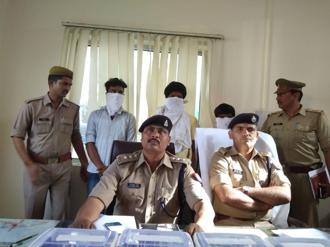 गाजियाबाद पुलिस ने 3 शातिर लुटेरे किये गिरफ्तार, लुटेरों के कब्जे से सैकड़ो मोबाइल फोन बरामद