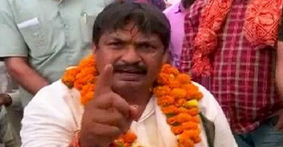 फतेहपुर सीकरी से BSP उम्मीदवार गुड्डू पंडित ने राज बब्बर को जूतों से मारने की दी धमकी, देखें वीडियो