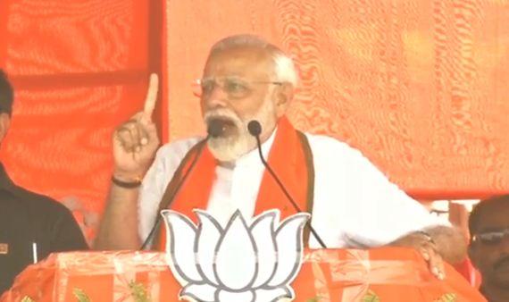 प.बंगाल में ममता बनर्जी पर बरसे PM मोदी, कहा- सैनिकों की वीरता के नहीं चिटफंड घोटाले और घुसपैठियों के सबूत खोजें