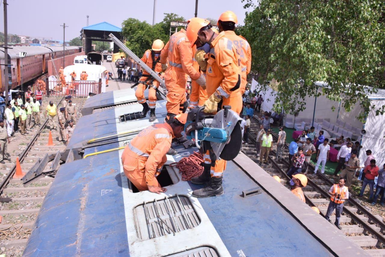मॉक ड्रिल : शालीमार एक्सप्रेस ट्रेन का पटरी से उतरा आखिरी डिब्बा, NDRF ने किया आपात स्थिति का आंकलन