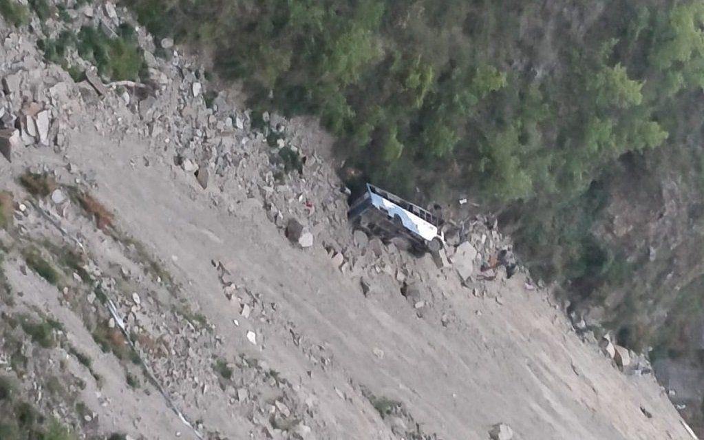 हिमाचल में बड़ा हादसा : गहरी खाई में गिरी बस, 12 लोगों की मौत, कई जख्मी