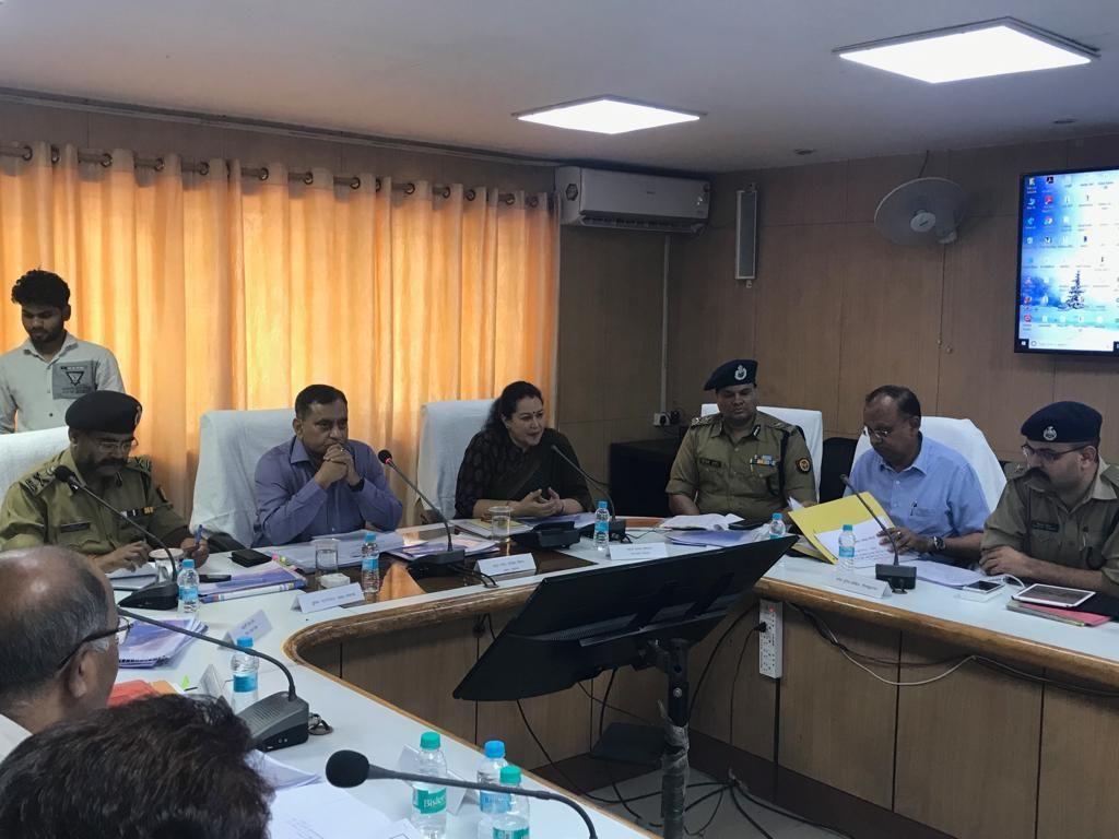 रोड सेफ्टी को लेकर डीजीपी ओपी सिंह और प्रमुख सचिव परिवहन अराधना शुक्ला ने ली गाजियाबाद और नोएडा के अधिकारीयों की मीटिंग
