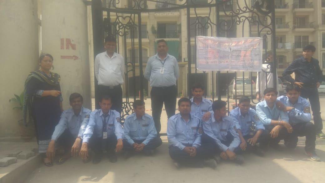 इंदिरापुरम : सैलरी न मिलने पर धरने पर बैठे सिक्योरिटी गार्ड