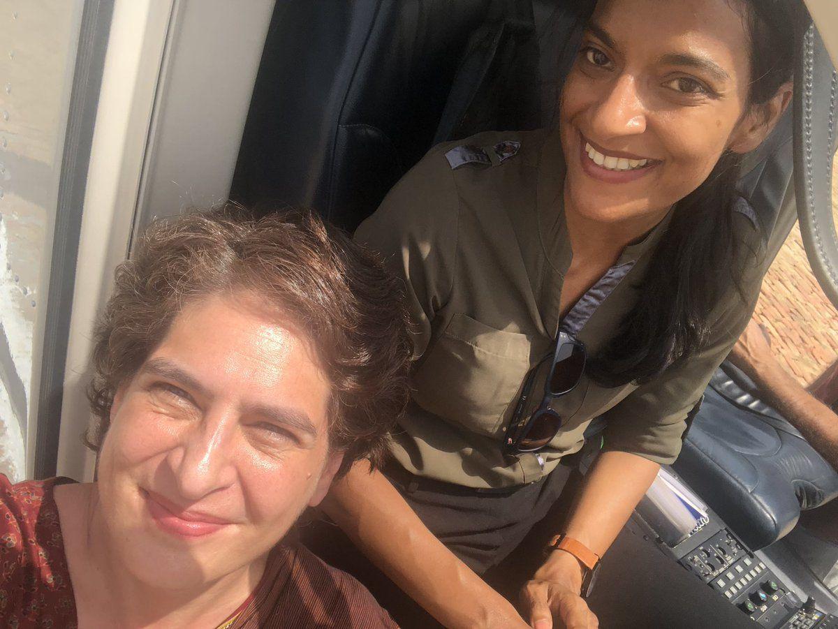 जाम में फंसी एंबुलेंस को देख गाड़ी से उतरीं प्रियंका गांधी, रास्ता खुलवाया
