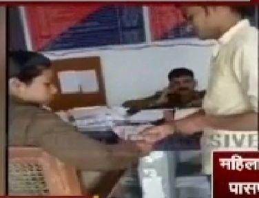 रिश्वत लेते वीडियो वायरल होने पर एसपी ने महिला सिपाही को लाइन हाजिर करके जांच के आदेश दिए