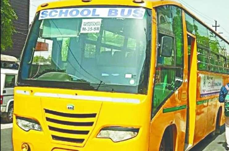 School Bus In Noida : स्थानीय लोगों की सूझबूझ से बची बस में बैठे स्कूली बच्चों की जान