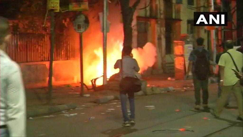 BJP President Amit Shah in Kolkata : अमित शाह के रोड शो में हंगामा, आगजनी और मारपीट, पुलिस ने किया लाठी चार्ज
