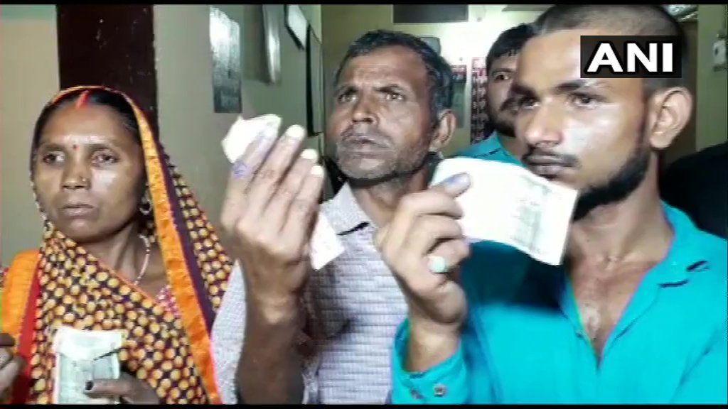 चंदौली के गांवों में BJP के लोगों ने दलितों की उंगली पर लगाई जबरन स्याही, 500 रूपये देकर कहा चुपचाप रहना