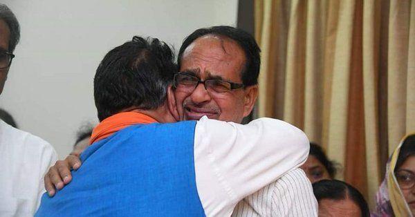 पिता के निधन के बाद शिवराज सिंह कैलाश विजयवर्गीय के गले लगकर फफक फफक कर रो पड़े