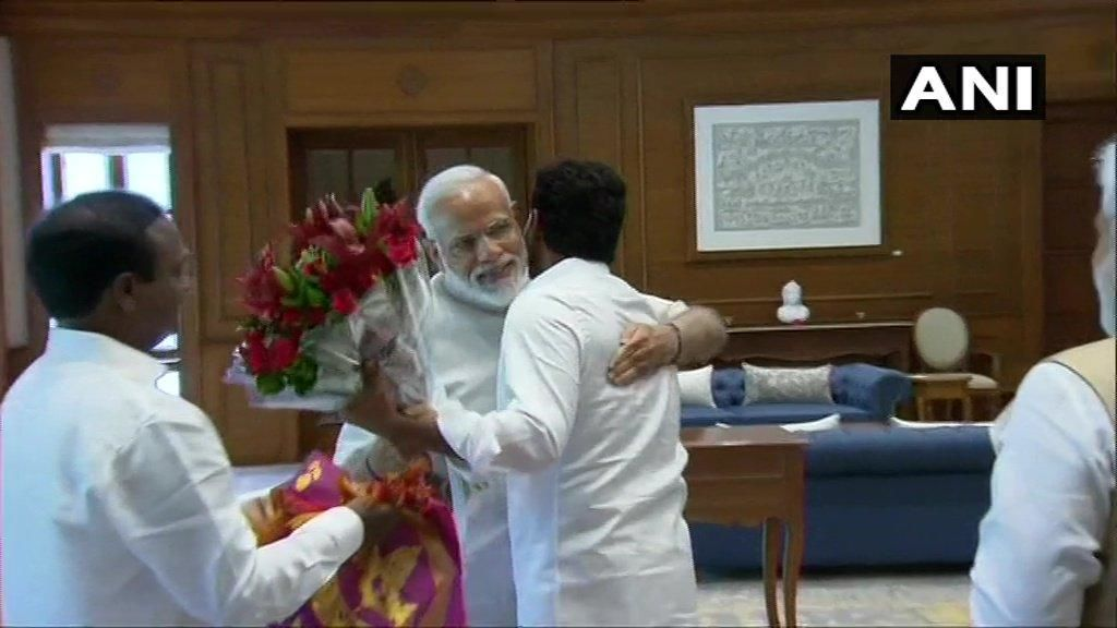 मोदी ने जगन मोहन रेड्डी को लगाया गले, शपथ ग्रहण में आने का दिया न्योता
