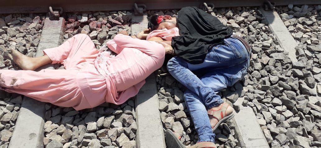 रेलवे ट्रेक पर मिला प्रेमी युगल का शव, मची इलाके में सनसनी