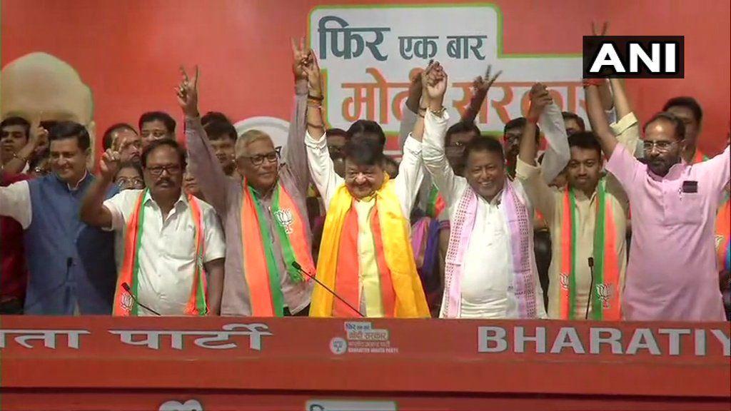 ममता बनर्जी को बड़ा झटका, TMC के 2 और लेफ्ट के एक विधायक सहित 52 पार्षद BJP में शामिल