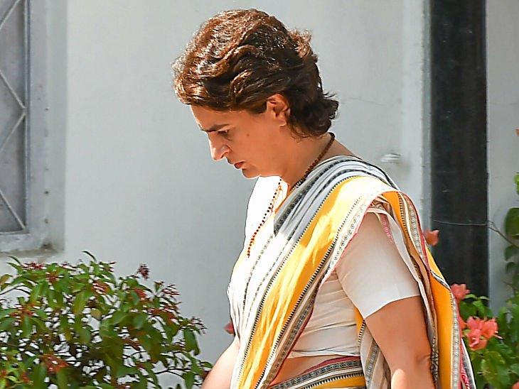 25 मई को सीडब्ल्यूसी की बैठक के बाद पार्टी मुख्यालय से बाहर आतीं प्रियंका गांधी।