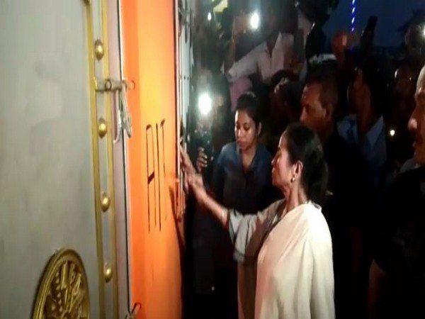 WB में दफ्तरों पर कब्जे का खेल, ममता ने BJP दफ्तर का तुड़वाया ताला, खुद पेंट किया अपनी पार्टी का नाम और निशान
