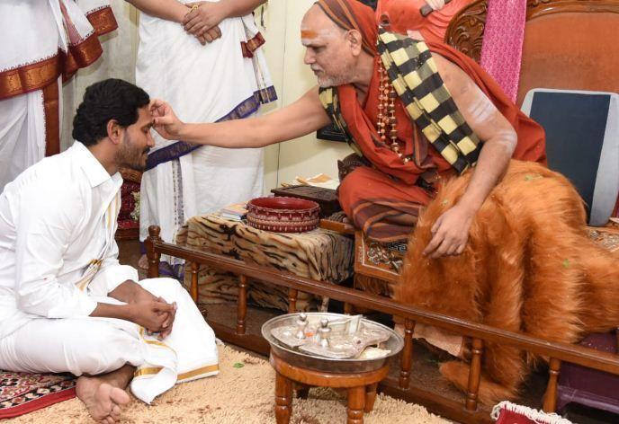 आंध्रप्रदेश के नए CM जगनमोहन रेड्डी ने स्वामी स्वरूपानंद सरस्वती का लिया आशीर्वाद