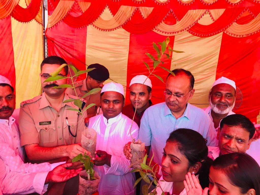 पर्यावरण दिवस पर ईद की बधाई में पौधे देकर डीएम और एसएसपी ने पेश की मिशाल