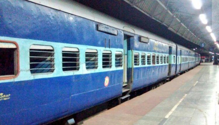 ट्रेन में महिला के हाथ से गिरा मोवाइल और देखते ही देखते महिला दो हिस्सों में बंट गई