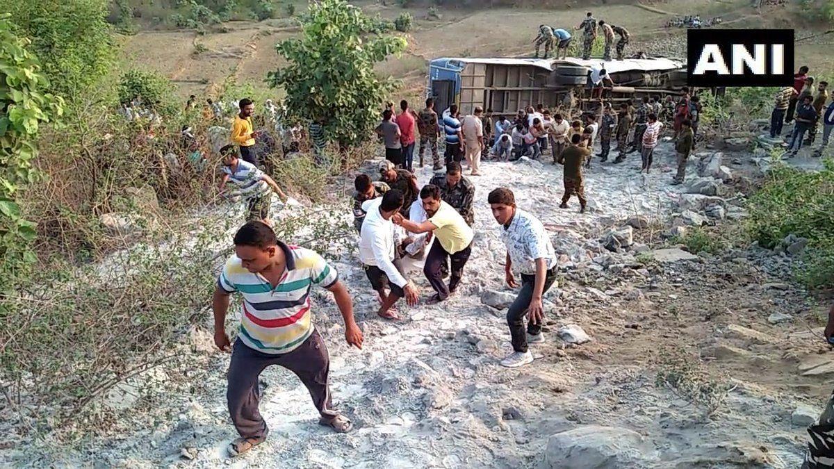झारखंड के गढ़वा में खाई में गिरी बस, 7 की मौत, 40 यात्री घायल