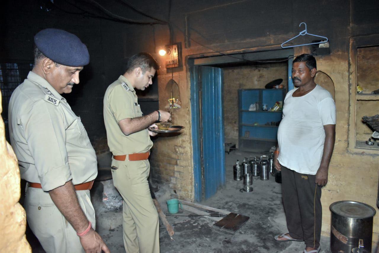रामपुर एसपी डॉ अजयपाल शर्मा अचानक जा पहुंचे थाना केमरी, खाना खाकर किया मेस का मुआयना