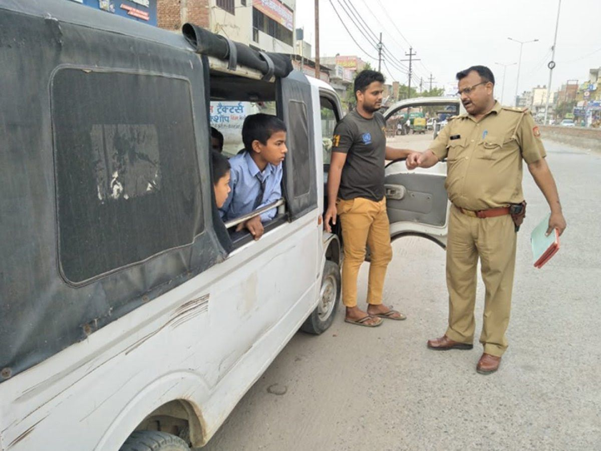 नोएडा पुलिस का ऑपरेशन क्लीन-11 में यातायात नियमों का उल्लंघन करने वाली 427 स्कूली बसों व वैन का किया चालान