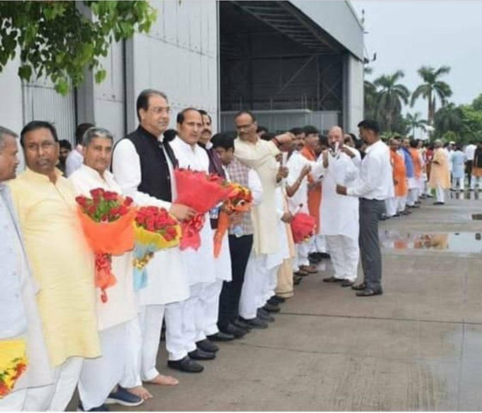 बीजेपी के मंत्री ने प्रदेश अध्यक्ष स्वतंत्र देव सिंह के स्वागत के लिए सम्मान में नहीं पहने जूते