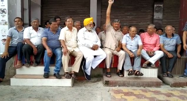 बीजेपी के राज में बीजेपी की नीतियों के खिलाफ बीजेपी के मंत्री ही धरने पर